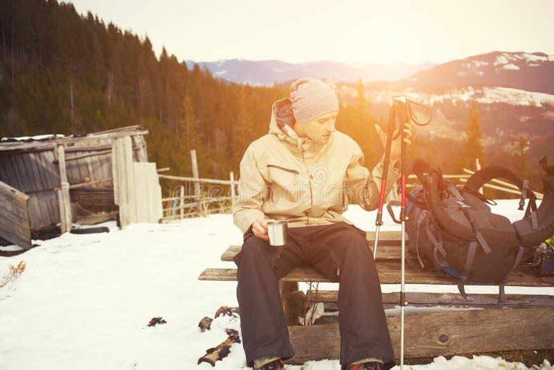 在远足期间,人在露营地休息 免版税库存照片