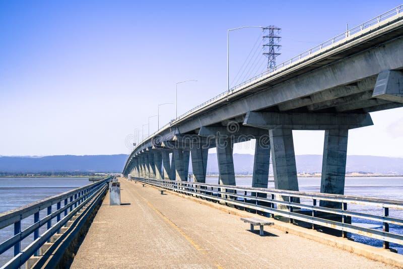 在连接佛瑞蒙的敦巴顿橡树园桥梁旁边的渔梨到门洛帕克,旧金山湾区,加利福尼亚 库存图片