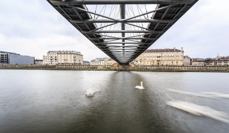 在连接历史的区卡齐米日的人行桥下和 免版税图库摄影