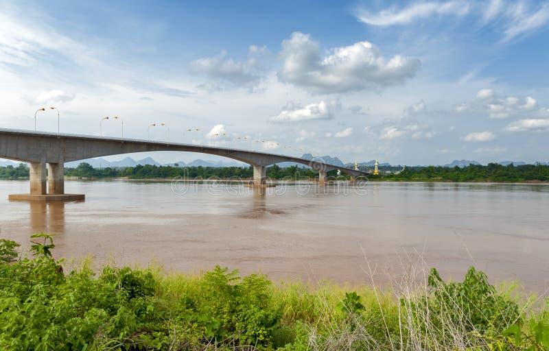 """在连接泰国的湄公河的第三Thai†""""老挝人友谊大桥用老挝 库存图片"""