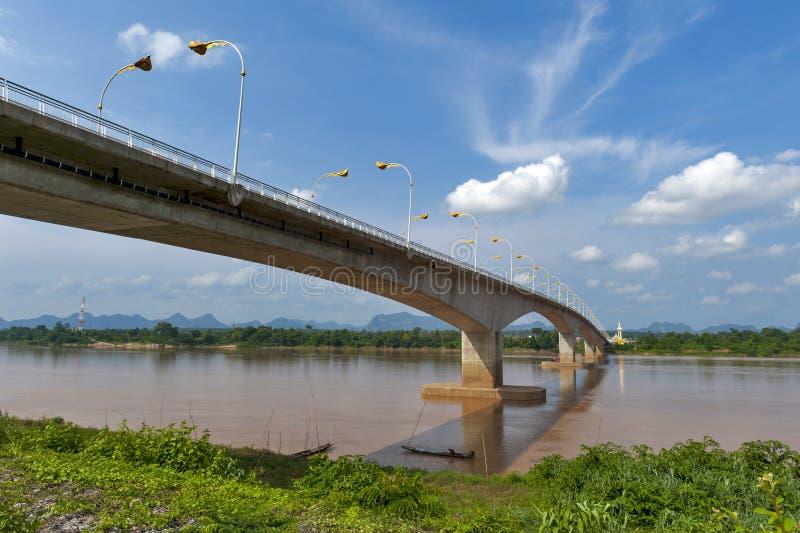 """在连接泰国的湄公河的第三Thai†""""老挝人友谊大桥用老挝 库存照片"""