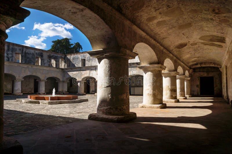 在连斗帽女大衣修道院庭院的曲拱下在安提瓜岛de危地马拉,危地马拉 库存图片