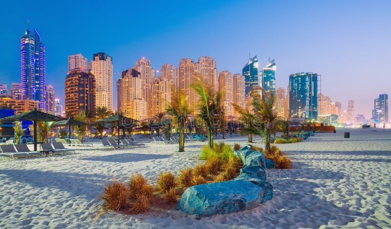 在迪拜小游艇船坞的晚上视图和Jumeirah在豪华迪拜市靠岸 库存照片