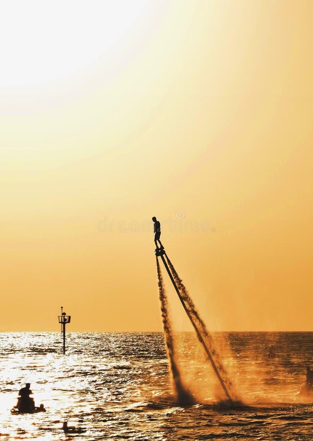 在迪拜海滩的剪影 库存照片