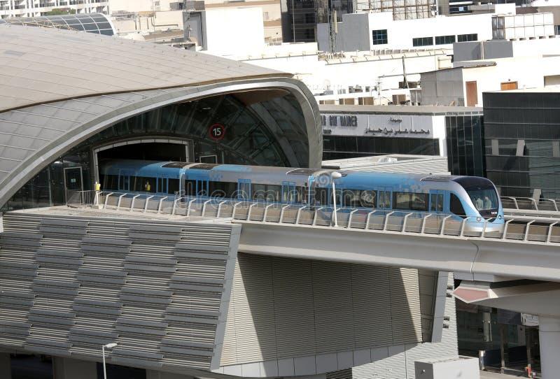 在迪拜训练搬出从一个地铁车站 免版税库存照片