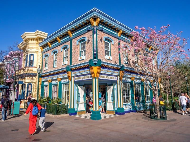 在迪斯尼加利福尼亚冒险的五颜六色的旧金山主题的大厦停放 免版税库存照片