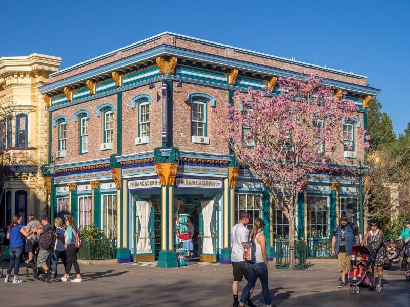 在迪斯尼加利福尼亚冒险的五颜六色的旧金山主题的大厦停放 库存照片