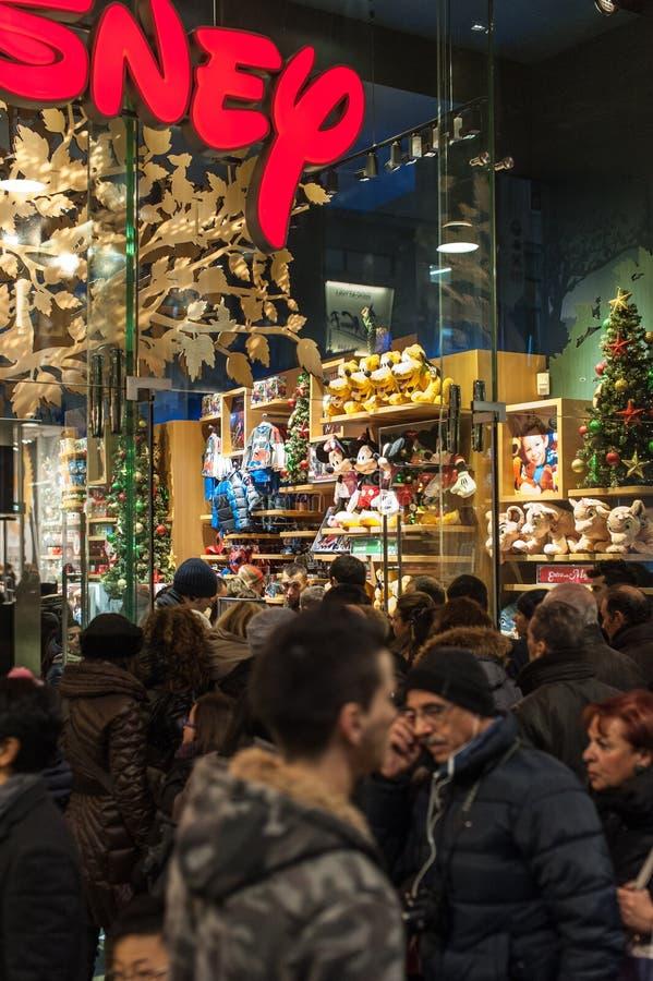 在迪斯尼商店的圣诞节队列 免版税库存照片