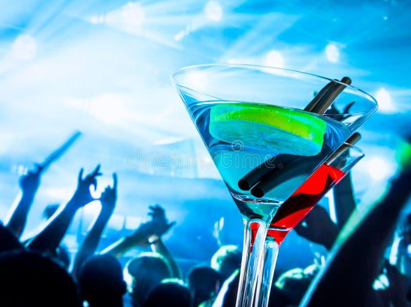 在迪斯科桌上的蓝色和红色鸡尾酒饮料与文本的空间 库存图片