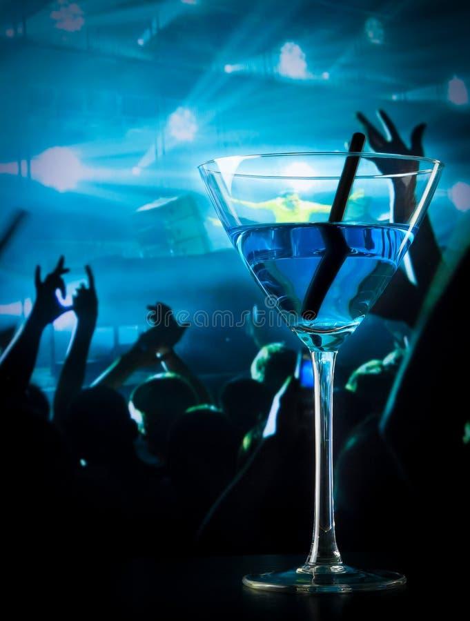 在迪斯科桌上的蓝色鸡尾酒饮料与文本的空间 库存图片