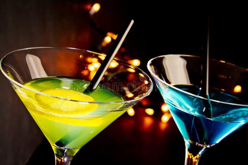 在迪斯科酒吧桌上的鸡尾酒饮料,俱乐部大气 库存图片