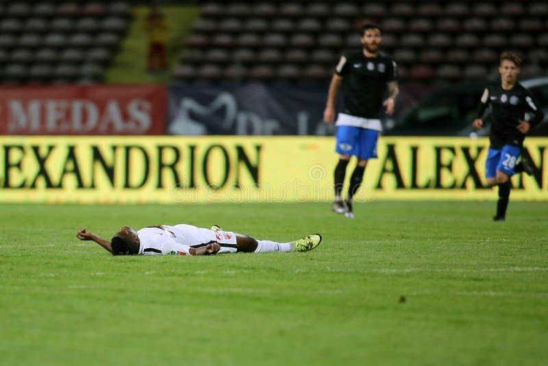 在迪纳莫队布加勒斯特比赛期间,足球运动员,帕特里克Ekeng在崩溃以后死 免版税库存图片