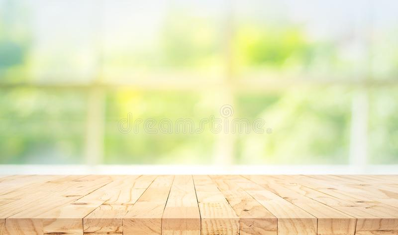 在迷离抽象绿色庭院的空的木台式从窗口视图早晨 对蒙太奇产品显示或设计钥匙 免版税库存图片