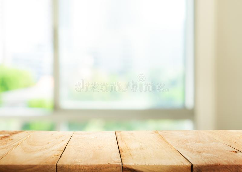 在迷离摘要绿色庭院的空的木台式从窗口 库存照片