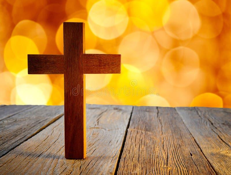 在迷离火光光的基督徒木十字架 库存照片