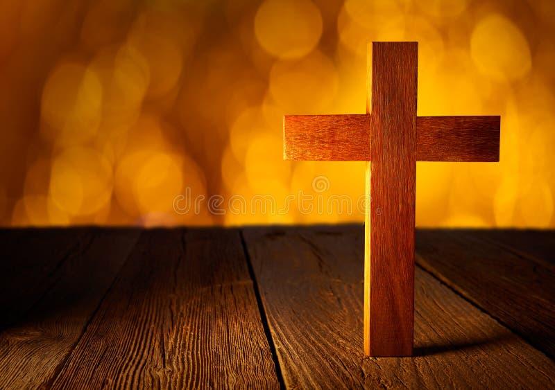 在迷离火光光的基督徒木十字架 免版税库存照片