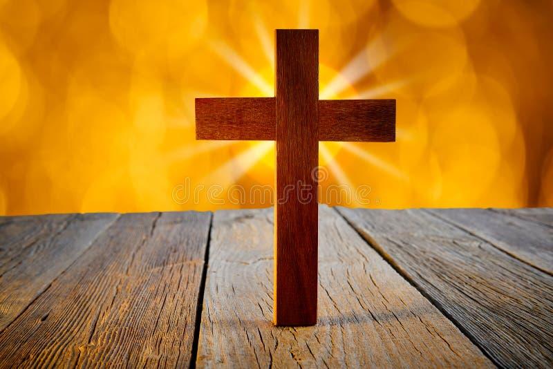 在迷离火光光的基督徒木十字架 库存图片