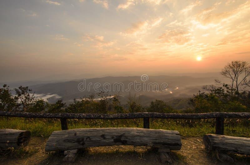 在迷雾山脉的惊人的黎明天空 免版税库存图片