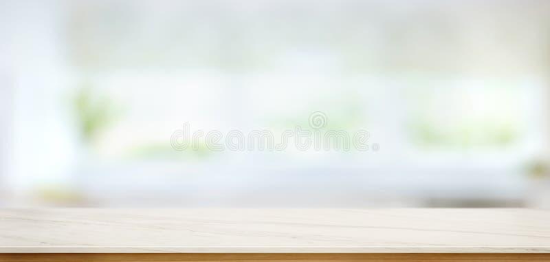 在迷离厨房窗口背景的白色大理石台式 免版税库存图片
