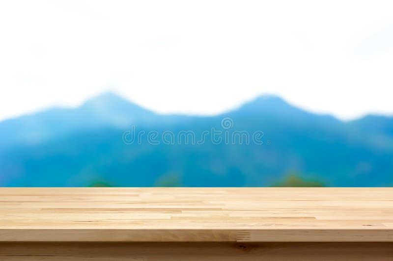 在迷离山背景的木台式 免版税库存照片