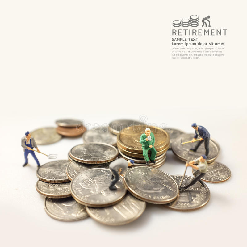 在退休概念温暖的口气以后的商人微型形象 免版税库存图片