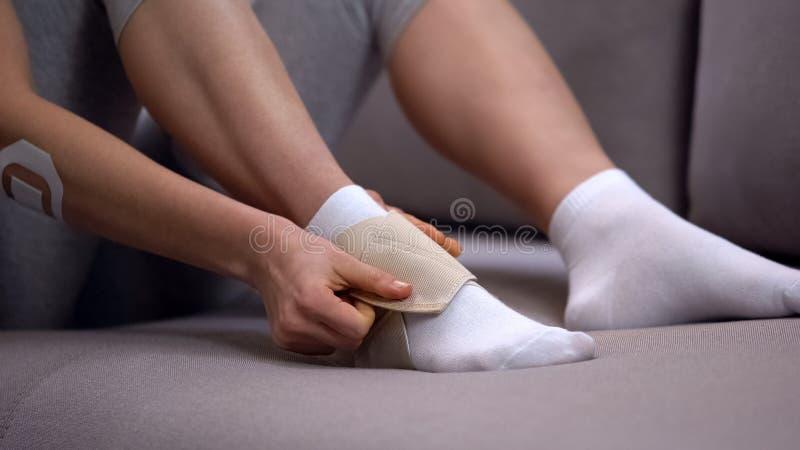 在适当的位置抗发炎疗程的夫人固定的两皮带脚腕套 库存图片