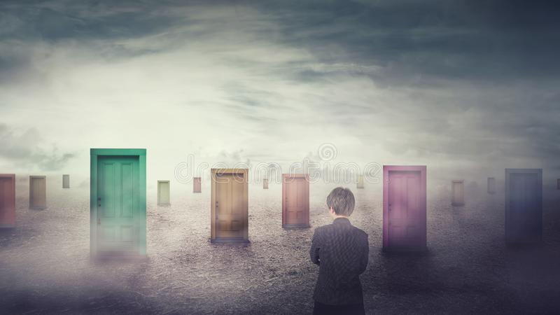 在选择一的许多不同的门前面的女实业家 困难的决定、重要挑选概念、失败或者成功 库存照片