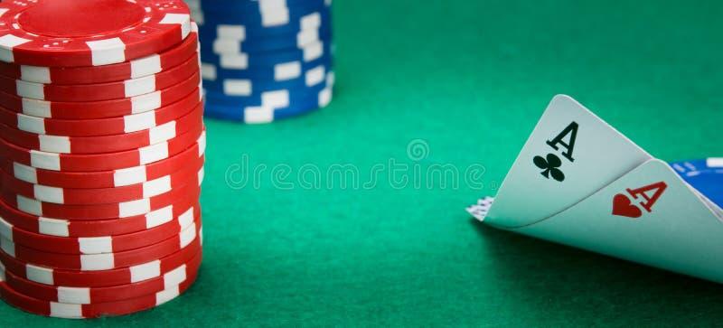 在选材台上,赌博的,两张一点卡片在左边被分开,是堆芯片,使用的在赌博娱乐场,有  图库摄影