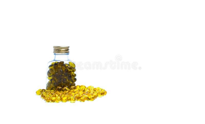 在透亮塑料瓶的鱼肝油有在白色背景的空白的标签的 Ω3的来源和维生素A & D帮助成长 库存照片