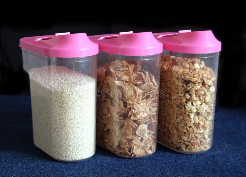 在透明塑胶容器特写镜头的玉米片 免版税库存照片