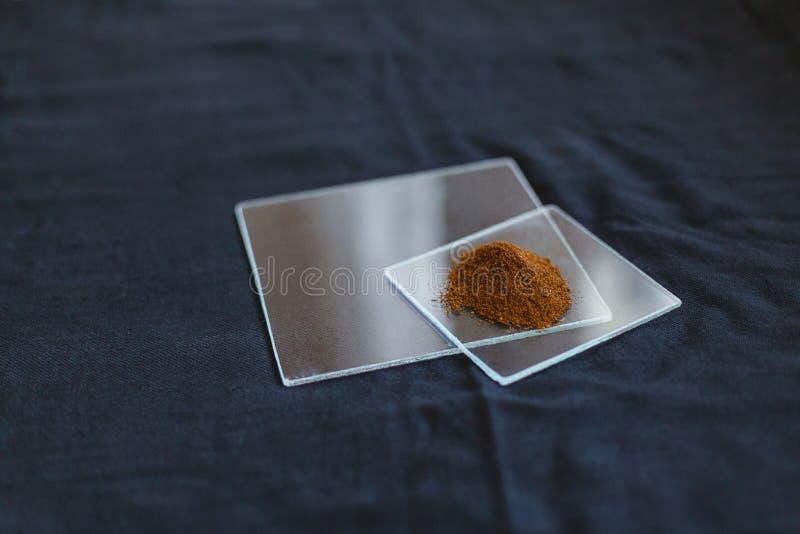 在透明玻璃瓶子的东方香料在一张黑桌布 库存图片