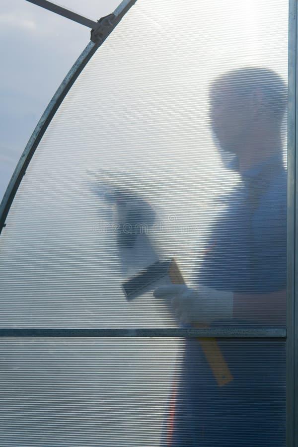 在透明聚碳酸酯纤维背景,它应该为温室的汇集运作 图库摄影