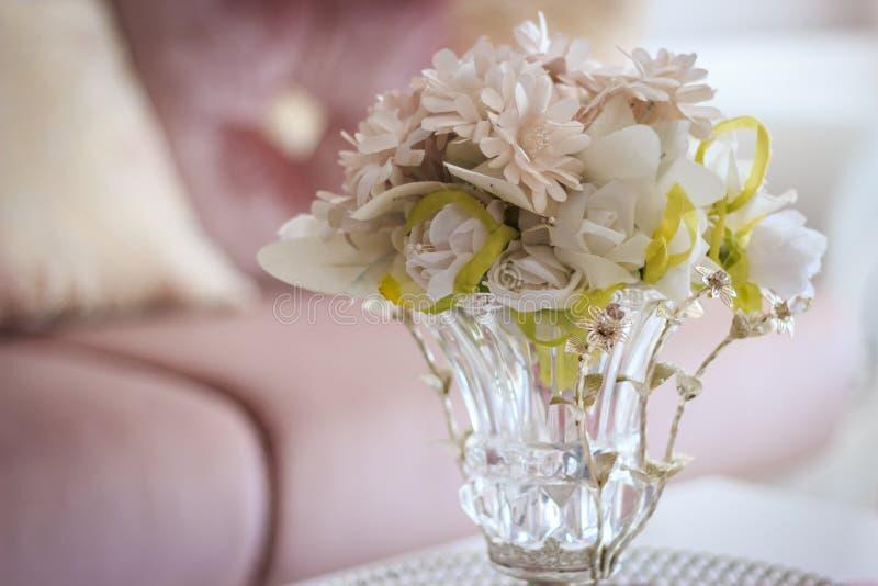 在透明花瓶的人造花 免版税图库摄影