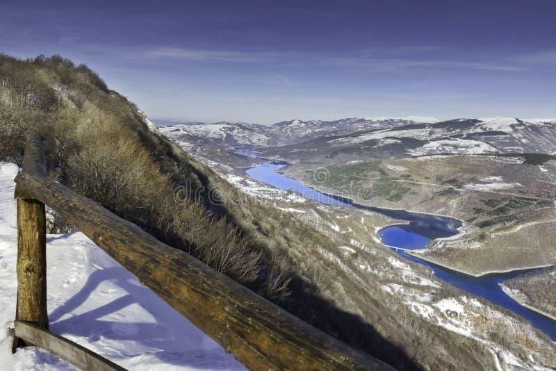 在透明,反射性Zavoj湖的五颜六色的看法 免版税库存图片