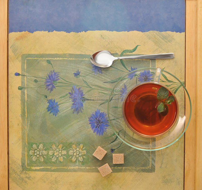 在透明玻璃杯的茶有茶碟的 免版税库存照片