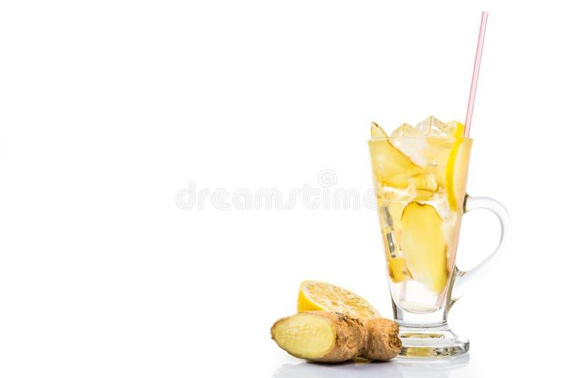 在透明玻璃的刷新的冰冷的姜柠檬茶 库存照片