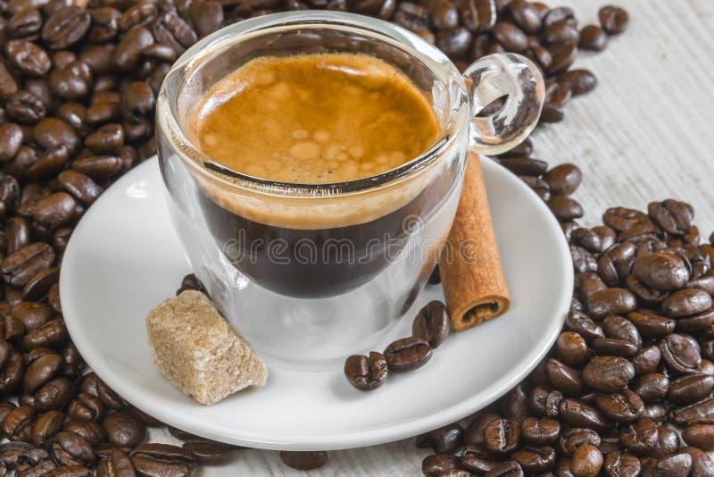 在透明玻璃的浓咖啡咖啡与金黄crema 库存照片
