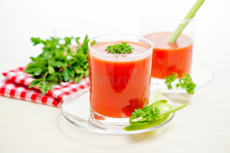 在透明玻璃的西红柿汁用荷兰芹、黄瓜和n 库存图片
