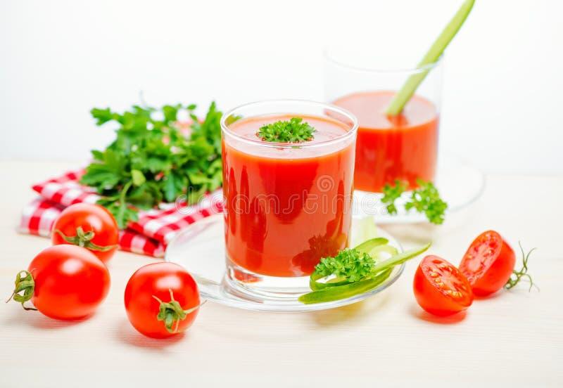 在透明玻璃的西红柿汁用荷兰芹、黄瓜和r 库存照片