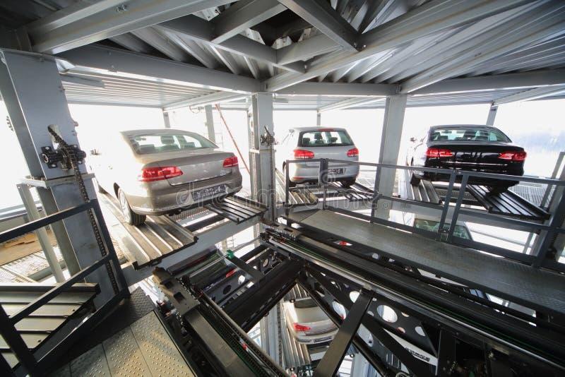 在透明建筑的顶楼上的三辆车 库存照片