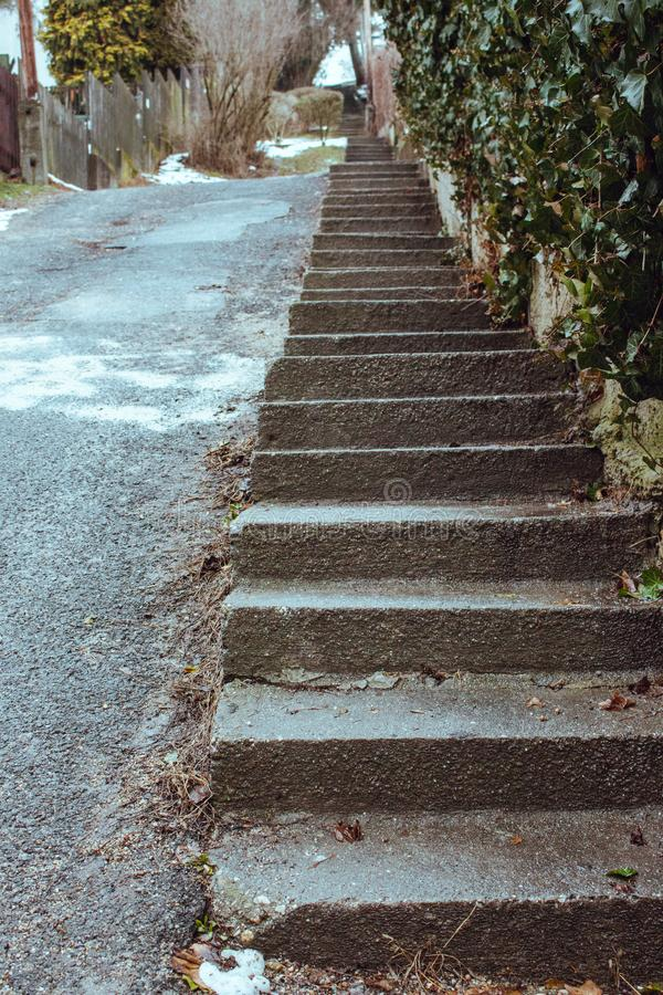 在透视的室外台阶 楼梯背景 在镇街道的具体楼梯 非常美丽的公园照片台阶 库存图片