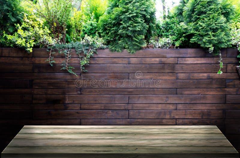 在透视的木板在第一个计划,以木墙壁为背景在一家餐馆,有在上面的花的 ?treadled 免版税库存照片