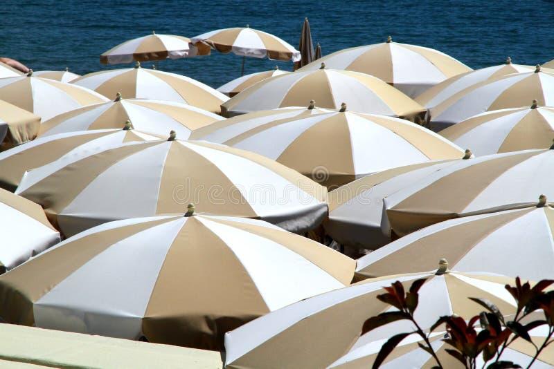在透视的沙滩伞 免版税库存照片