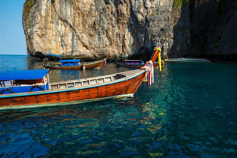 在途中的传统longtail小船对在酸值披披岛,泰国的著名玛雅人海湾海滩 图库摄影