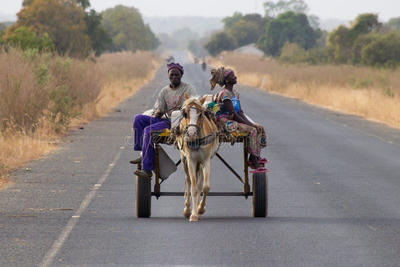 在途中的家庭对在马和支架的市场 库存照片