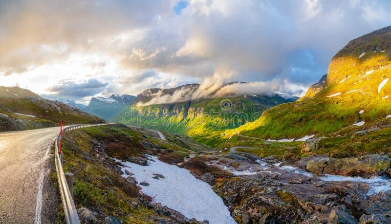在途中的弯曲的路和山谷全景从Dalsnibba向Geiranger海湾,Geiranger,Sunnmore,Romsdal县, 免版税库存图片