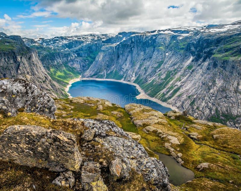 在途中的惊人的自然视图对Trolltunga 地点:Scandina 免版税库存图片