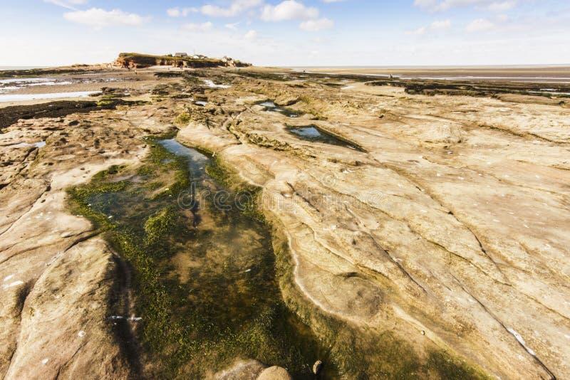 在途中的清楚的rockpook到Wirral的Hilbre海岛 免版税库存照片