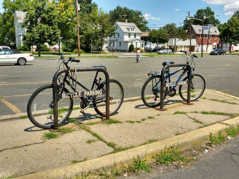 在通勤者停车场的自行车停车处 免版税库存照片