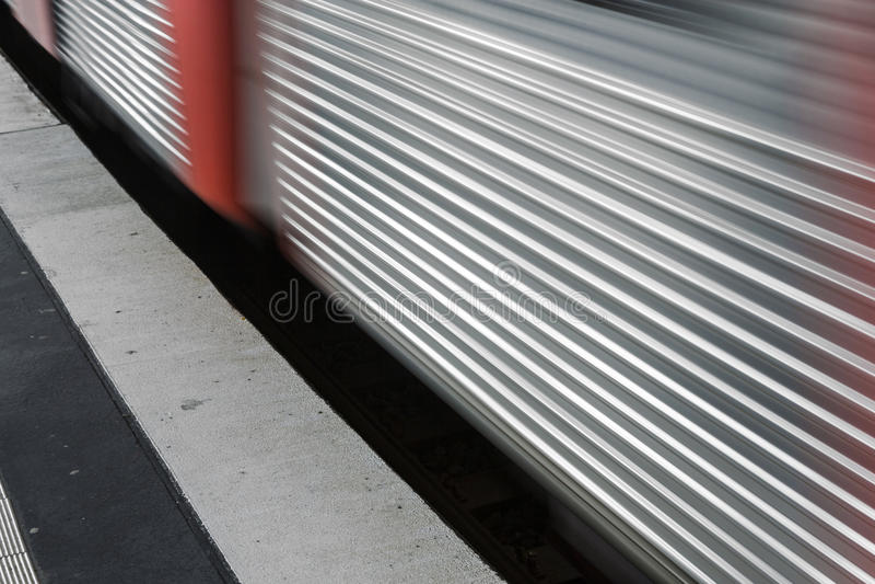 在通过平台的速度的火车 免版税库存图片